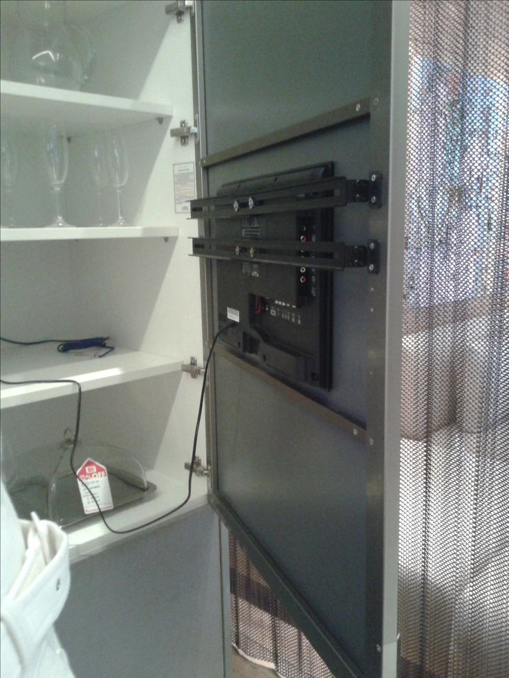 Solução TV na cozinha - embutir na porta do armário.