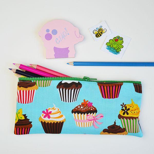 Come cucire un astuccio con cerniera semplice per matite, uncinetti, trucchi. O cambia le dimensioni per fare una federa per un cuscino! Ottima idea regalo!