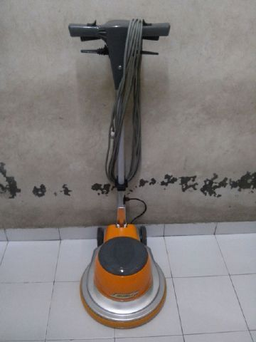 jual mesin poles lantai/floor polisher Ghibli spesifikasi :  Power : 1100 W  Diameter : 17″  Speed : 154 Rpm  Weight : 50 Kg  Cable : 12 M  Including : Main body,hard brush,soft brush,pad holder,water tank  Country :Italy   Garansi 1 Tahun
