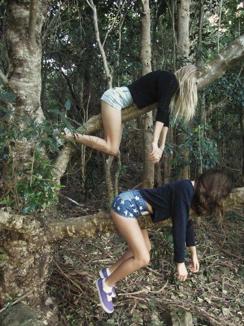 """""""Solíamos hacer esto para asustar a los chicos cuando éramos niños"""" dijo Meredith, volviendo a su posición inicial. """"Les dijimos que había un hombre gigante entre los árboles que le gustaba colgar chicas en los árboles"""", contó Flo. Me reí mientras me inclinaba para quitar parte de su cabello en la cara. """"¿Y les creyeron?"""". """"¡Corrieron como nenitas!"""".  (Fox, Meredith arriba, Florencia abajo)."""