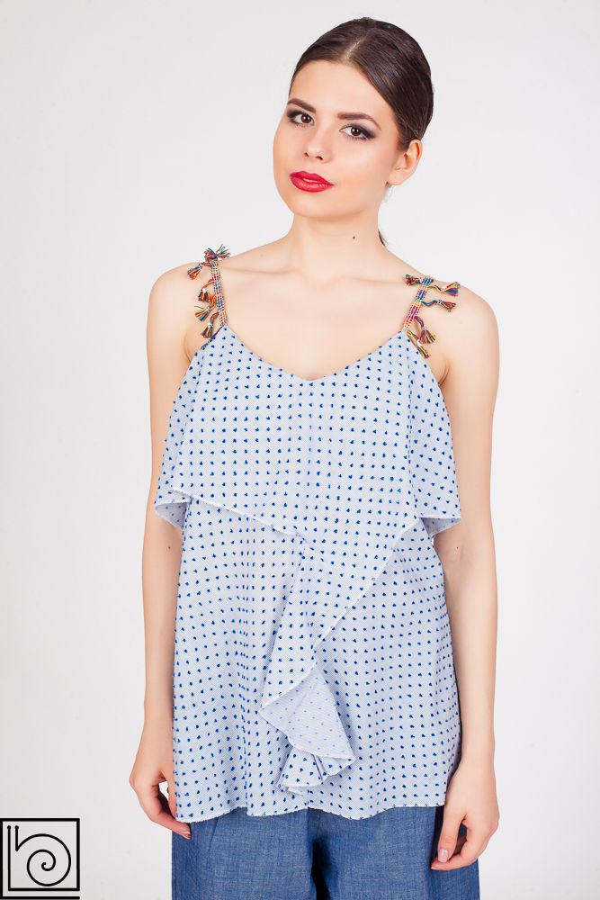 Женский летний топ Please, голубого цвета в синий горошек. Спереди волан, на бретельках модные кисточки. Италия