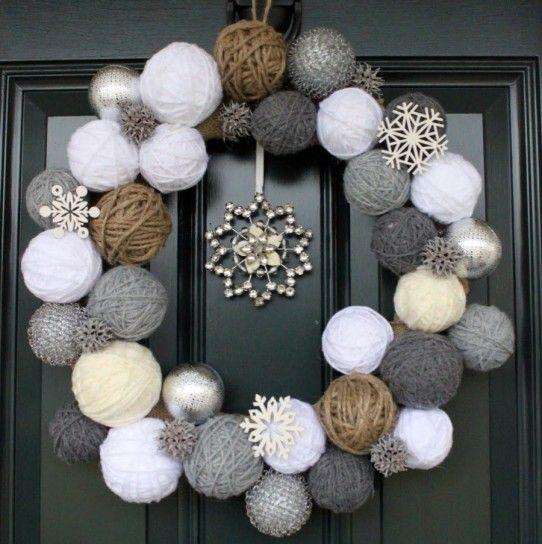 Ghirlanda con gomitoli di lana