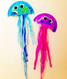 Medusas creadas con platos de cartón, papel de seda, lana y pinturas de diversos colores