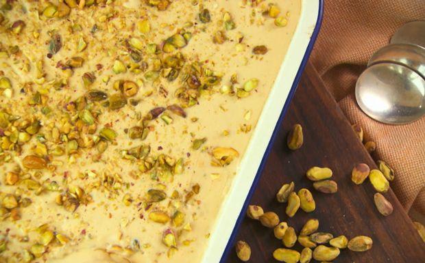 Sorvete caseiro de doce de leite com pistache Doce fácil de fazer fica crocante e leva raspas de laranja e limão-siciliano