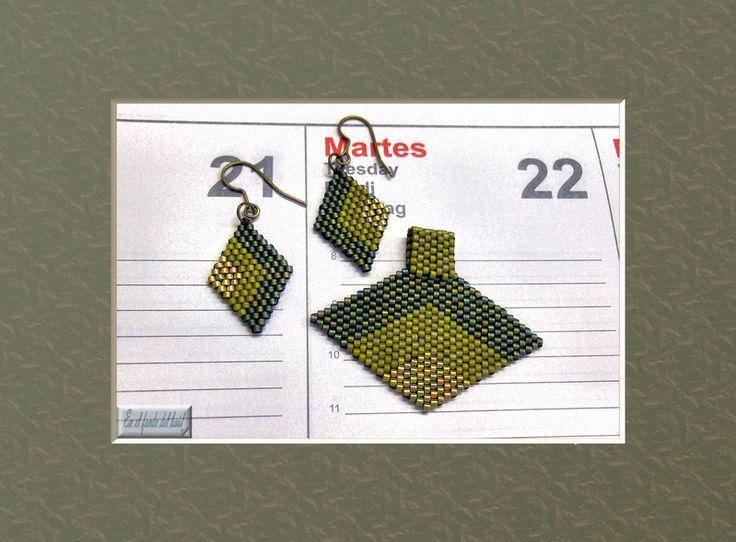 Conjunto de colgante y pendientes en tres tonos de delicas de Miyuki. El colgante se entrega con cordón de cuero negro con cierre de plata.