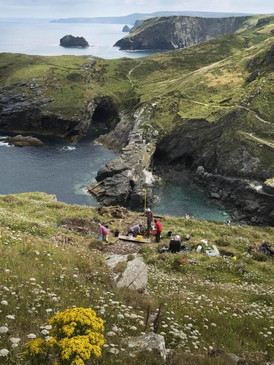 Archaeologists have discovered the impressive remains of a probable Dark Age royal palace at #Tintagel in #Cornwall. It is likely that the one-metre thick walls being unearthed are those of the main residence of the 6th century rulers of an ancient south-west Briton kingdom, known as Dumnonia. Image:emilywhitfield-jpg