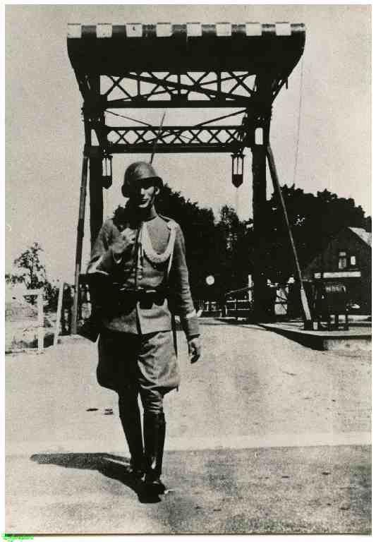 0214777 Coll. Warnar: Militair op wacht bij Sluis 10. 1939