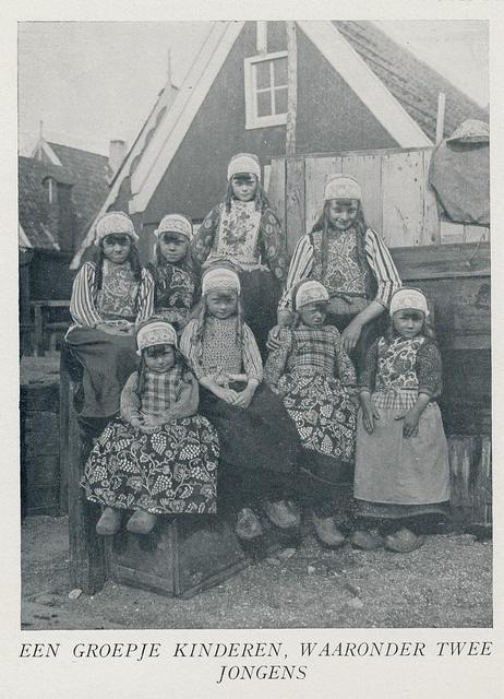 marken, groepje kinderen,6meisjes,2 jongens by janwillemsen, via Flickr #NoordHolland #Marken