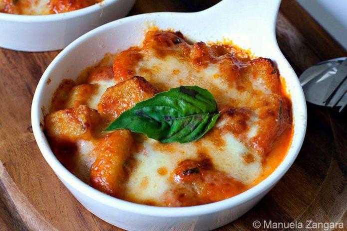 <p>Lesgnocchi à la sorrentinasont l'un des plats les plus connus de la cuisine de Campanie. Des restaurants du monde entier les proposent, et leur recette est parmi les plus recherchées sur internet.Vos invités trouveront leur bonheur avec ce plat simple et rapide à préparer, qui rassemble le goût de la …</p>
