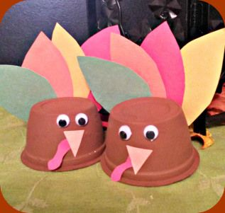 Easy turkey Thanksgiving craft for kids. We usually plan an activity for Thanksgiving day for the kids to stay busy. These are easy to prep and perfect for that.