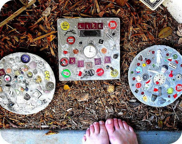 DIY Stepping Stones. Not only functional but also can be used to decorate your garden. Make the walk in your garden more exciting and fun.