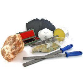 Starter kit voor beeldhouwen. Unieke kit met o.a. 4-delige beitelset, speksteen raspen, set watervast schuurpapier, bijenwas , stofmasker, 8-delige raspenset en 3 kilo speksteen naar keuze.