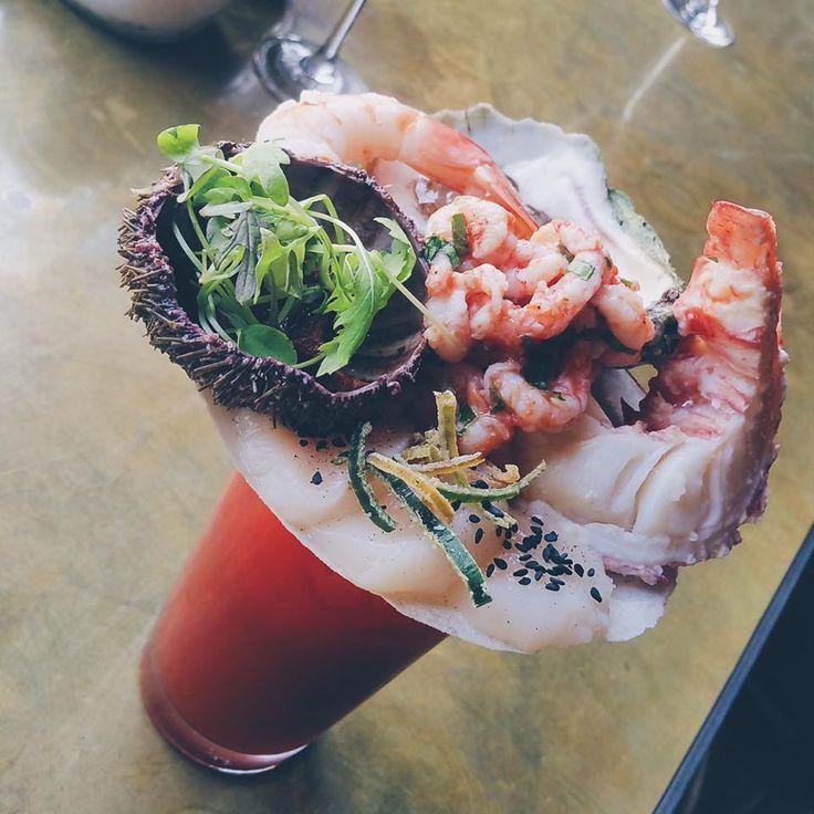 Les #JeudisPerlés, c'est ça!  Bloody Platter : gin, jalapeño, gingembre garni de queue de homard, oursin, huîtres, crevette, sashimi de pétoncles, salade de crevettes Nordiques. Santé!