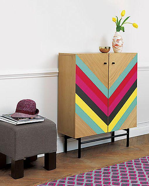 Pintura decorativa en muebles: armario con rayas en espiga