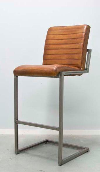 Stolarna som packhus säljer är gjord av äkta läder som är handmålad. Fina cognac färgen gör stolarna exceptionellt vacker. Sitsen av stolen är stoppad och ingen stol är så bekväm än dessa stolar. Kom och prova själv våra stolar om du gillar denna vintage stil. Väldigt bra kvalite på underrede och sitsen. Den Äkta läder kommer från Italien som betyder att det är extremt vackert. Fina stolar som caféstol, i ett restaurang eller på kontor om man gillar lyxiga stolar