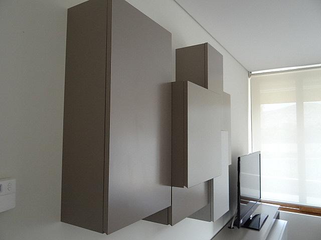 Mueble superior con diferentes profundidades y enchapado en duotono