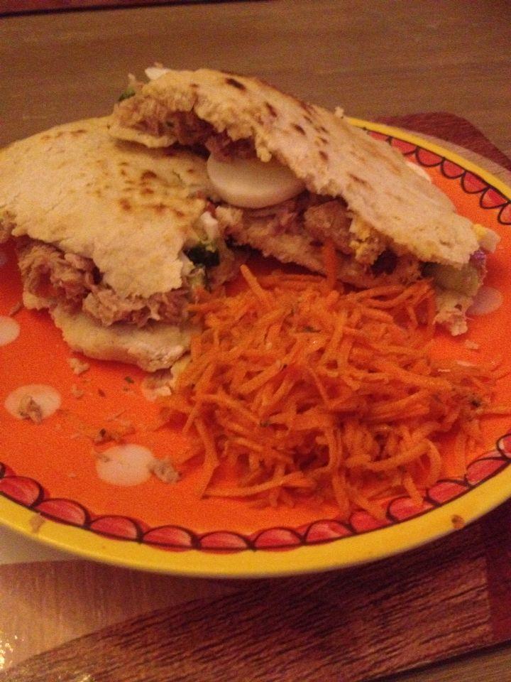 Piadina met tonijn en wortelsalade.