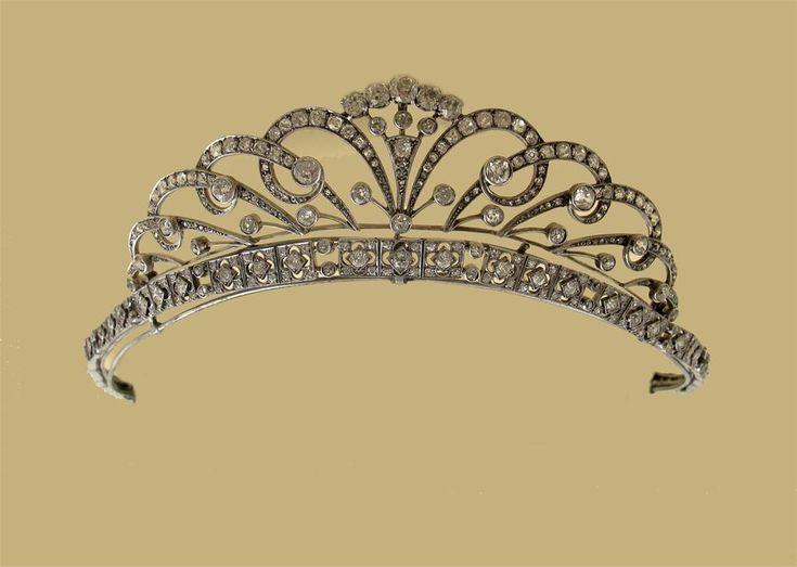 A Belle Epoque tiara de diamantes.  Conhecida como a Rockingham Tiara.  A seção superior rolagem montado geral com diamantes graduados (uma falta).  A banda de cabeça formado com diamantes circulares de corte e se converte em uma pulseira e duas seções extras .. Com ...