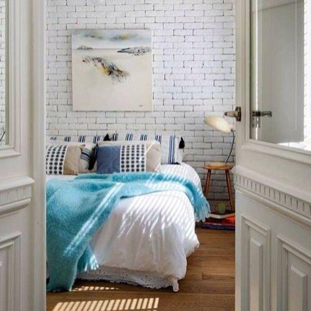 ☀😊🏡 #интерьер #дизайн #декор #стиль #спальня #кровать #двери #картина #кирпичная_стена #белый #цвет #голубой #утро #весна #kashtanovacom #interior #decor #design #style #doors