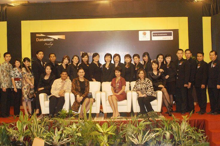 Kiki Widyasari foto bersama setelah sebuah acara bersama bank Danamon Pontianak