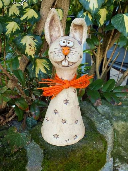 Hase Ostern Zaunhocker Rosenkugel Gartenkeramik von Terra-Cottage auf DaWanda.com