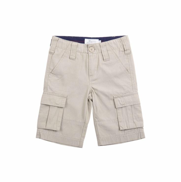 Bermuda para niño, en color beige. Dos bolsillos adelante, dos a los lados y dos en la parte de atrás.