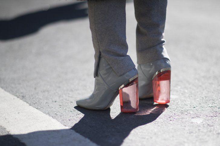 Pin for Later: OMG! Die Schuhe und Taschen auf den Straßen New Yorks Street Style: Taschen und Schuhe bei der New York Fashion Week Dior Schuhe.
