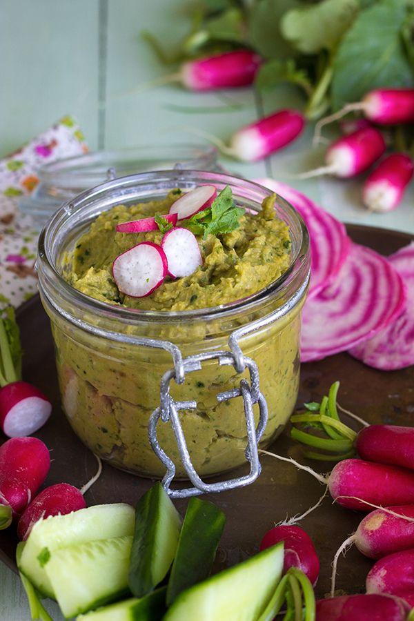 HOUMOS AUX FANES DE RADIS (Pour 4 P : 300 g de pois chiches, jus d'un citron (2 cl), 15 g de fanes de radis, 1 c à s de tahin, 2 c à s d'huile d'olive, sel/poivre, 1 c à c de curcuma, 2 cl d'eau, radis)