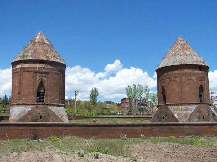 """Emir Bayındır Kümbeti'nin dünyada 2 tane örneğinin olduğu söylenmektedir. Birisi Ahlat'ta 15'nci yüzyılın sonunda işlenmiş, diğeri ise yine aynı tarihlerde Azerbaycan'ın Gence kentinde yapılmış bir şaheserdir. İki kümbet de """"Baba-Can"""" isimli Ahlat'lı bir usta tarafından yapıldığı tahmin edilmektedir. Bu kümbetin diğer özellikleri ise yanında mescidi ve zaviyesinin bulunması, tüm yapılarda vakfiyenin taşa işlenmesidir. İlhanlı, Osmanlı dönemlerinde ve öncelerinde vakfiye kağıda yazılırdı""""…"""