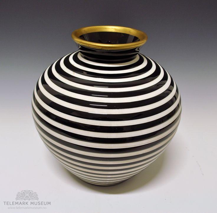 Vase by Nora Gulbrandsen for Porsgrund Porselen. In production from 1937. Model nr 2090