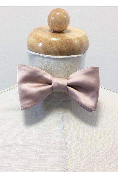 Motýlek saténový pudrově růžový    pánský uvázaný motýlek  šíře 12cm, výška 6,5cm  obvod krku 34 - 45cm  materiál satén - 100% polyester  termín dodání: 1 týden