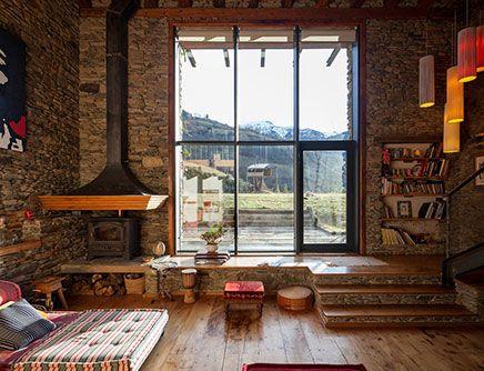 Rustieke woonkamer van een gerenoveerde woonboerderij | Inrichting-huis.com