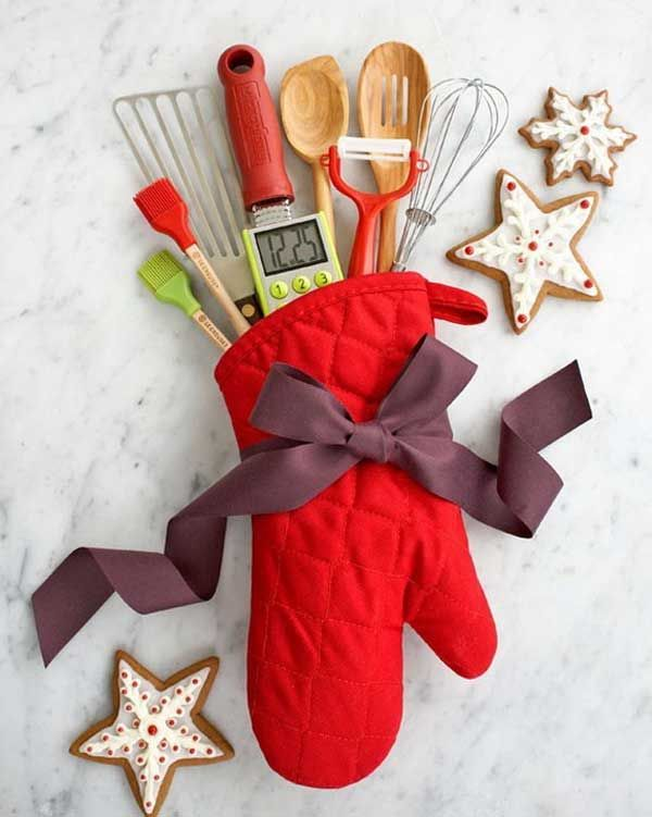 DIY-Christmas-Gift-Ideas: Kitchen Mitt Filled with Kitchen Utencils. Great gift for anyone with a new kitchen, a new dorm room, a renovation, or as a gift to go with a treasured family recipe gift.