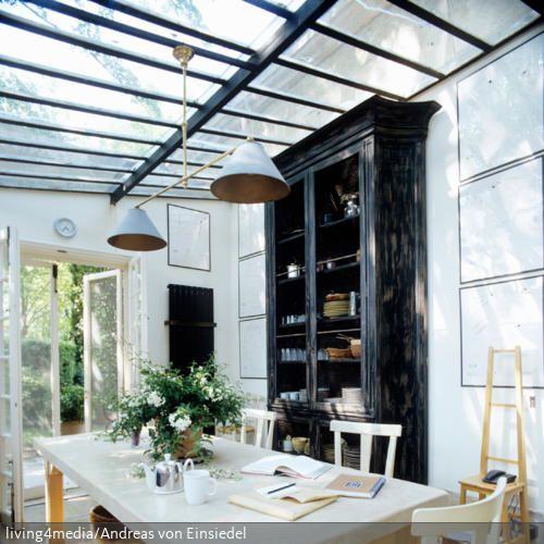 Der schwarze hohe Geschirrschrank im Vintage-Look ist ein Hingucker im Esszimmer. - mehr auf www.roomido.com