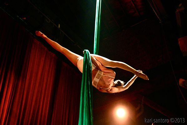 Las sedas aéreas en el Emerald City Trapeze Artes en Seattle