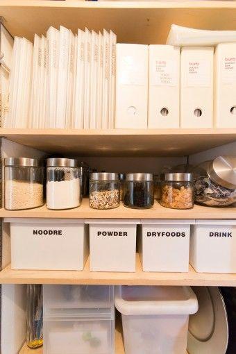パントリーの一画。食材などは残量が分かるように中身の見えるガラス瓶などを使用。