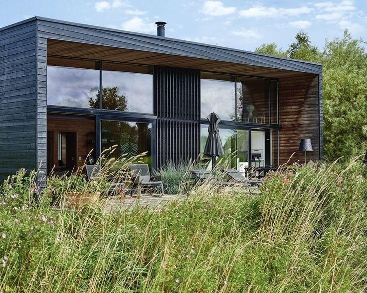 """1,153 Synes godt om, 2 kommentarer – BO BEDRE (@bobedredk) på Instagram: """"Syd for Vejby i Nordsjælland ligger en række sortbejsede træhuse af @shlarchitects. Et af dem har…"""""""