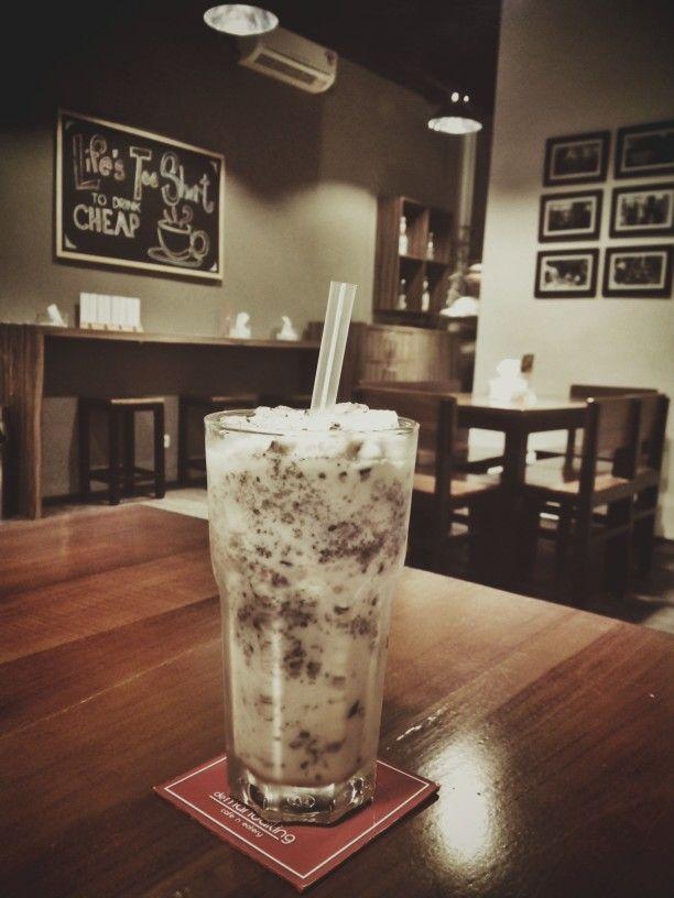 COOKIES AND CREME FRAPE - Pas disedot pake sedotan dengan diameter lebar, remahan kuenya bergerak menyeruak di langit2 mulut dan menerobos dingin manis gurih ke leher kita.. sedap banget ini buat nongkrong berdua ama pacar.. terutama buat mereka2 yg nggak doyan ngopi.. // Lokasinya di mandailing cafe, Surabaya..