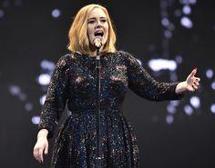 Adele y su vestido de Burberry arrancaron su gira en Belfast.