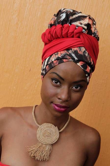 Anastácia Gabriel posa com turbante mais tradicional. Ela usa turbantes inspirada em sua avó