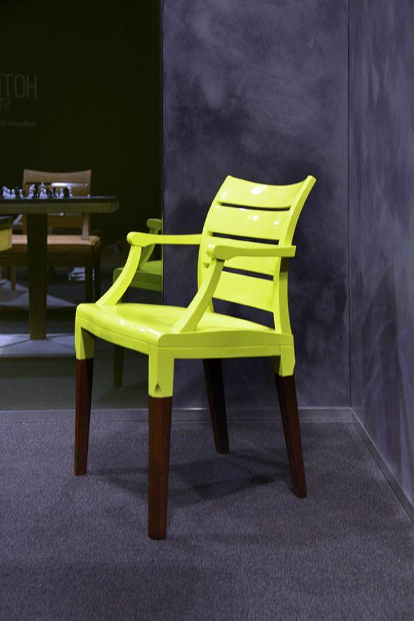 La famille Numéro est une collection de mobilier dessinée par l'agence Industrial Orchestra pour la Manufacture du Design. Sous l'oeil bienveillant des deux patriarches Aile et Luit - l'étonnante chaise bibliothèque et sa comparse lumineuse - chaque membre de la famille pratique raffinement et décalage. #lamanufacturedudesign