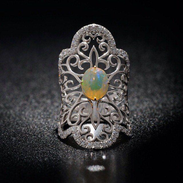 На съемку приносят все больше серебра, но с интересными камнями. Этот опал просвечивается и меняет цвета, путая мне карты с постановкой света  #кольцо #опал #серебро #ювелирка #jewelry #opal #silver #ring