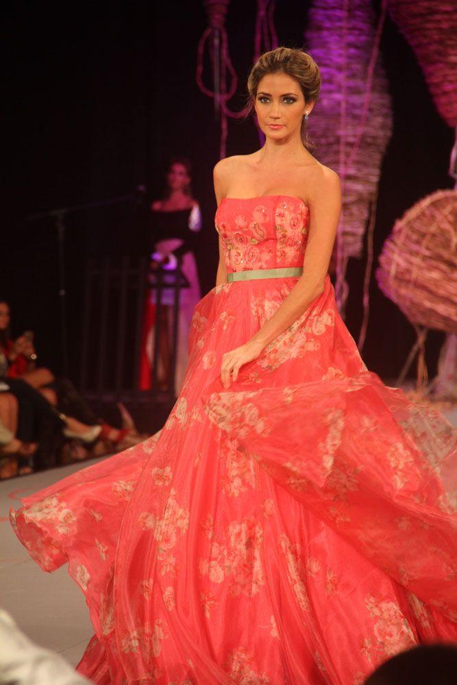 Vestido de Gala rosado fuerte con detalles foreados strapless