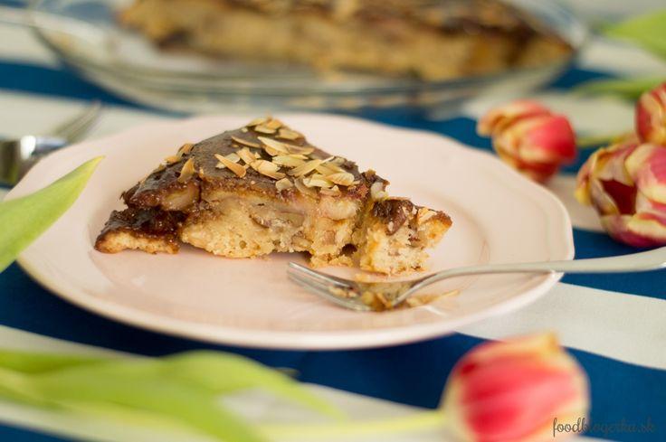 Banana cake baked in pan Voňala z neho celá kuchyňa. A preto ho mám rada hneď teplý. Lebo neviem vydrhžať, kým vychladne. Ale keď vychladne, odmenou bude pre vás chrumkavý karamel :-)