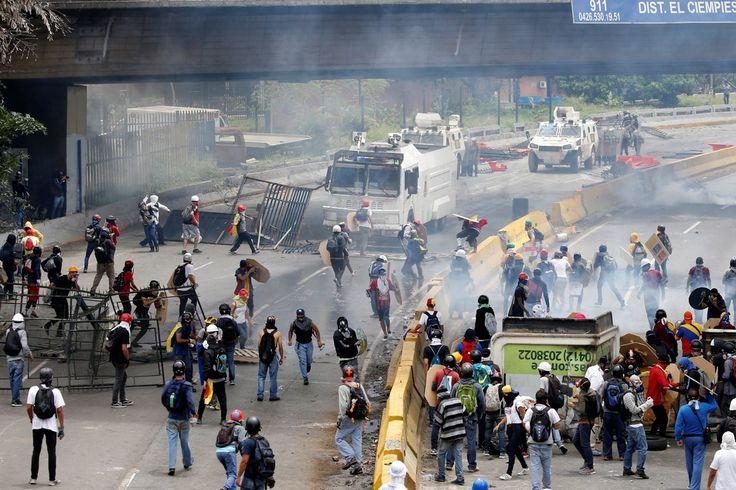 Manifestantes da oposição venezuelana entram em confronto com a polícia durante proteste desta quarta-feira (3) contra convocação de uma Assembleia Constituinte (Foto: REUTERS/Carlos Garcia Rawlins)