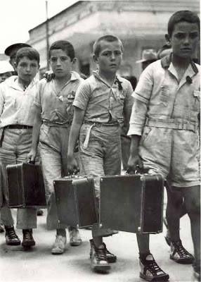 """Los llamados """"Niños de Morelia"""" desembarcaron en Veracruz (México) el 7 de junio de 1937. Procedentes de Burdeos, el número de niños españoles ascendía hasta cuatrocientos cincuenta y seis niños, de entre los 4 y 12 años de edad, hijos de republicanos que huían de la guerra civil y buscaban cobijo en México."""