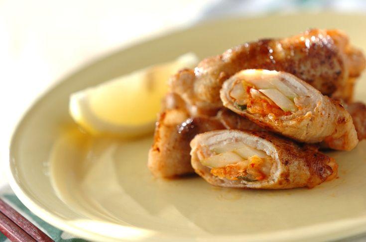 セロリのシャキシャキとした食感が楽しいスタミナ満点豚肉料理!白菜キムチとセロリの豚肉巻き[和食/焼きもの]2013.06.25公開のレシピです。