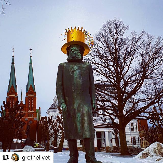 #Repost @grethelivet with @get_repost  I går var det 190 år siden Henrik Ibsen ble født- og det feires nå hele uka i Skien. Hipp Hipp Hurra  #reiseliv #reisetips