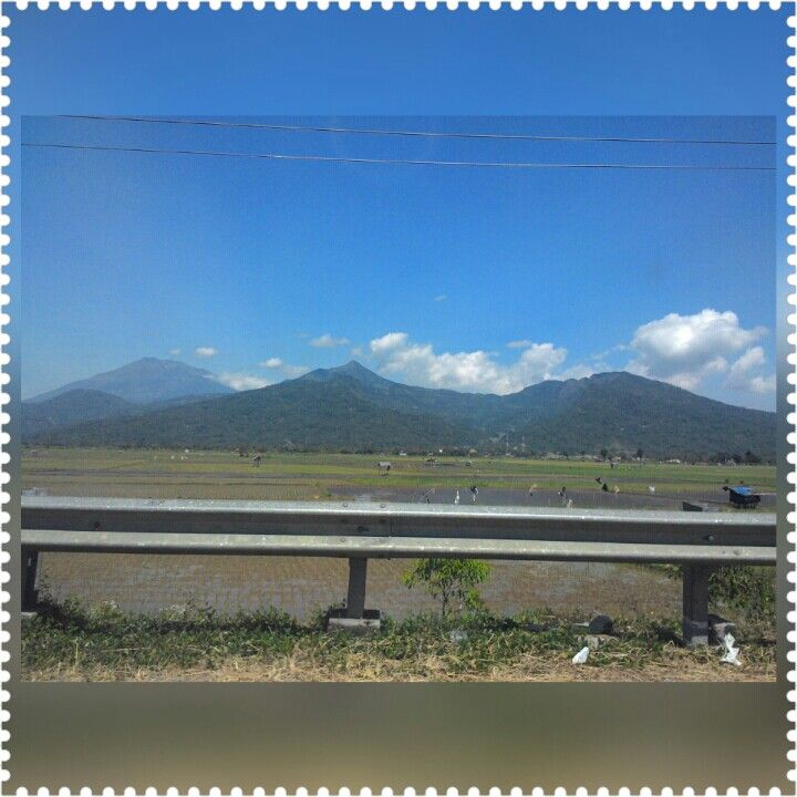 Puncak Telomoyo di antara beberapa gunung...