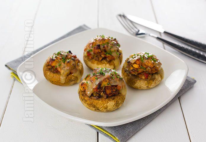 Reteta de ciuperci umplute cu pui este minunata atunci cand nu stiti ce sa pregatiti ca antreu sau chiar ca fel principal. Ciupercile sunt foarte sanatoase